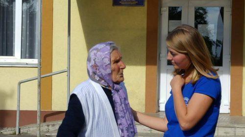 Ukrainische Studentin mit der Zeitzeugin Neonila Panjocha.