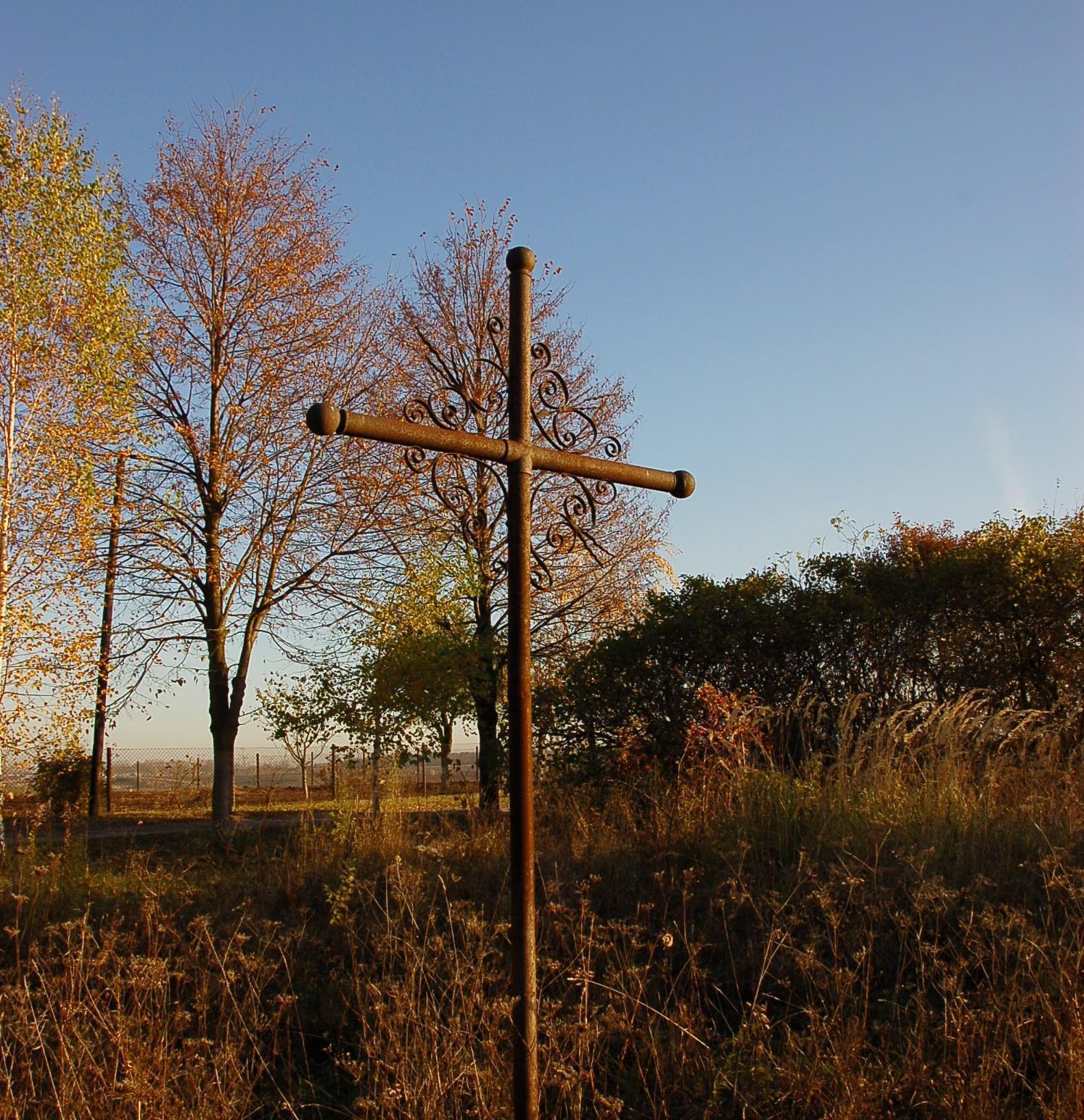 Kreuz auf dem deutschen Friedhof in Burthal.