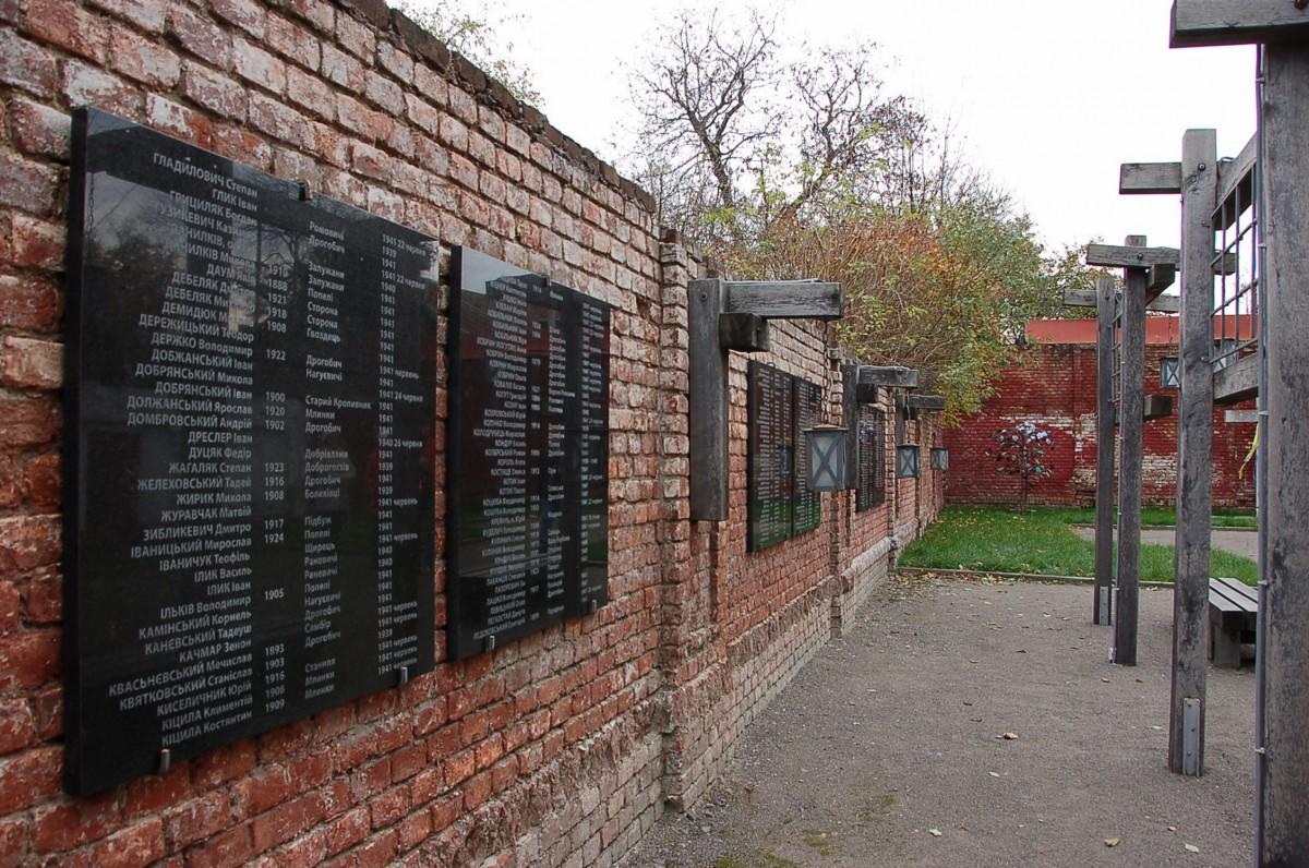 Gedenktafeln an der Wand des ehemaligen NKWD-Gefägnisses in Drohobych