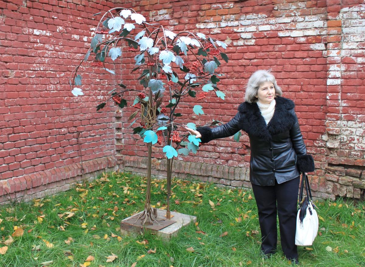 Drosselbeerenbaum aus Eisen, präsentiert bei Führung.