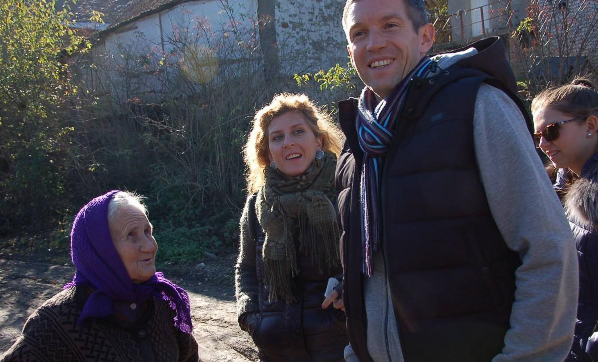 Im Gespräch mit der Münchenthaler Dorfbewoherin Iryna Paduk .