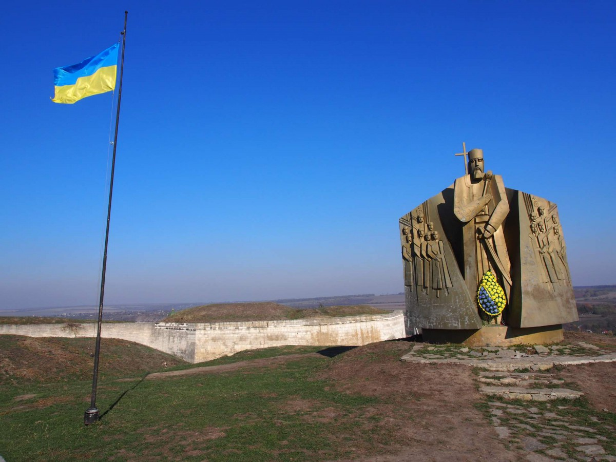 Denkmal für den Hetman Sahajdatschny in der Nähe der Burg Chotyn zur Erinnerun an den Sieg in der Schlacht gegen die Osmanen im Jahre 1621 (eröffnet 1991 bei der Feier zum 370. Jahrestag).