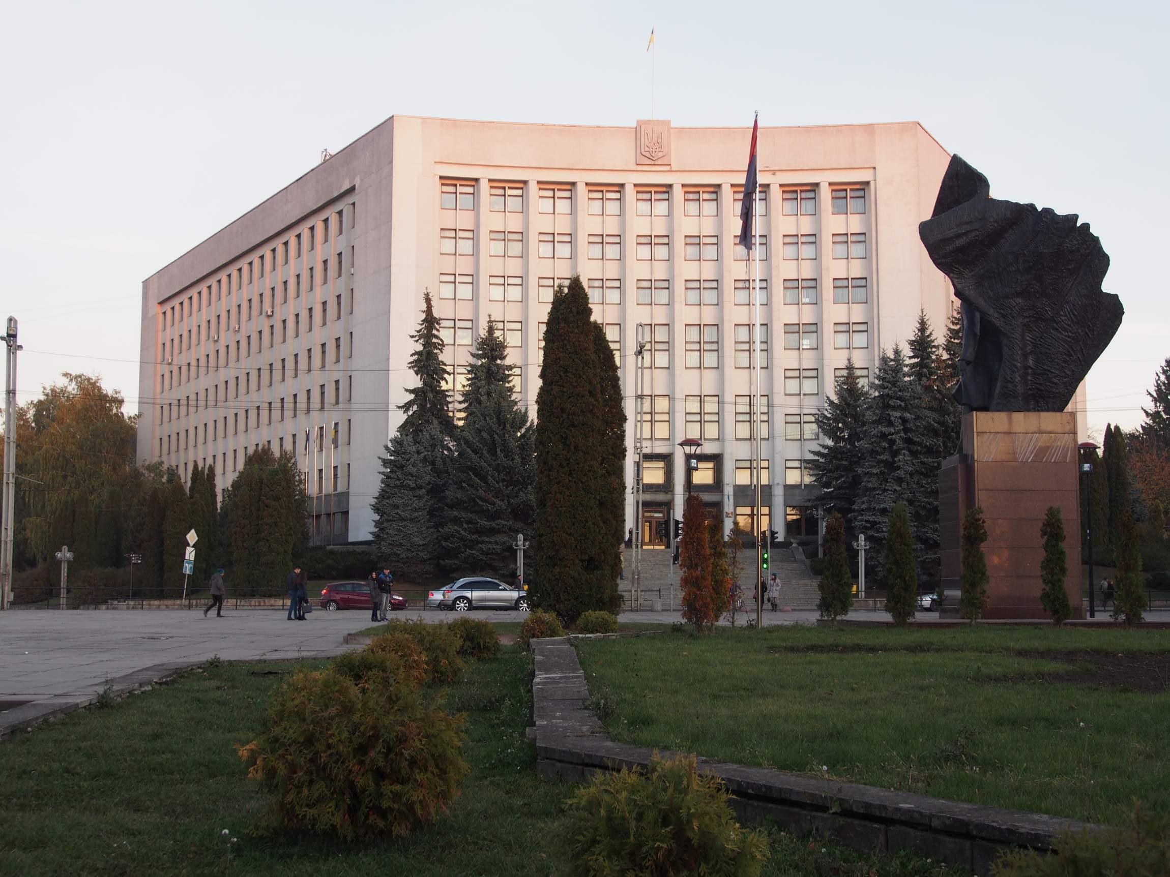 Das Bandera-Denkmal von hinten vor dem Rathaus der Stadt