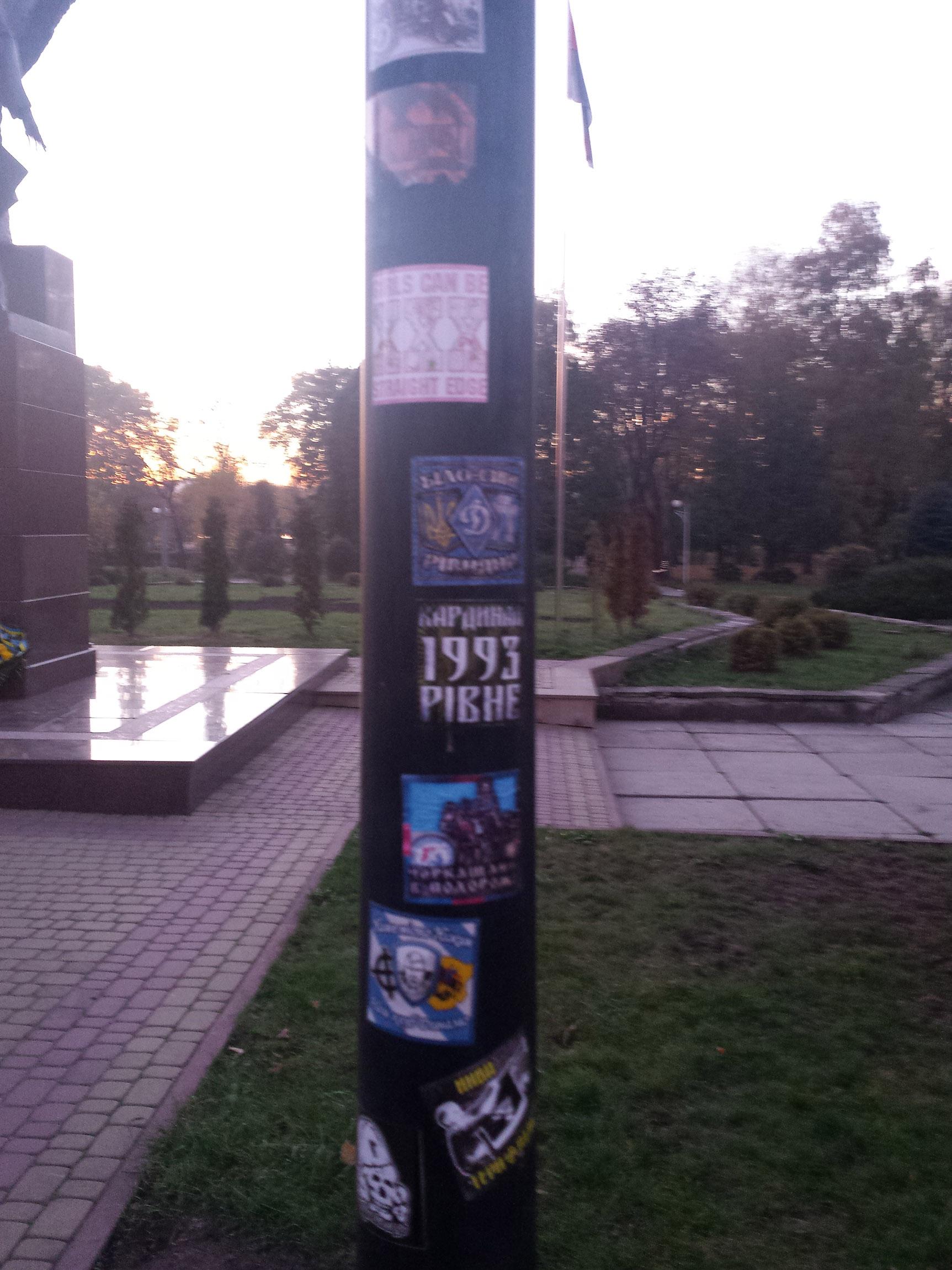 Aufkleber an einem Laternenpfahl gegenüber des Bandera-Denkmals