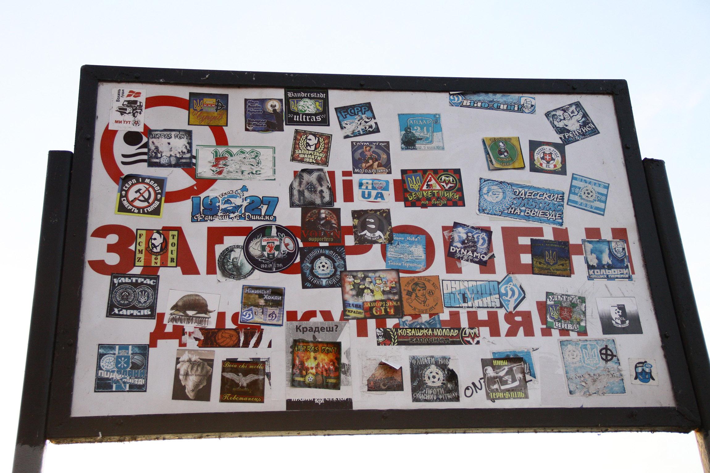 Aufkleber an einem Schild am See der Stadt. ca. 1,5 Km vom Bandera-Denkmal entfernt