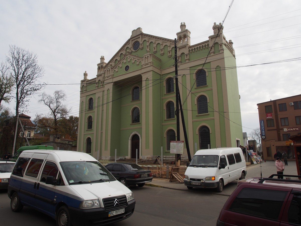 Fassada der großen Synagoge, zentral gelegen.