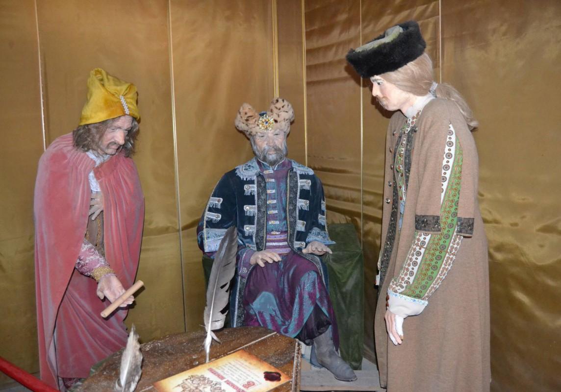 Figuren verschiedener Kosaken in Kamenez. Im Inneren der Festung werden unterschiedliche Persönlichkeiten und Ereignisse, die Teil der Burggeschichte sind, in Bild und teilweise Text dargestellt.